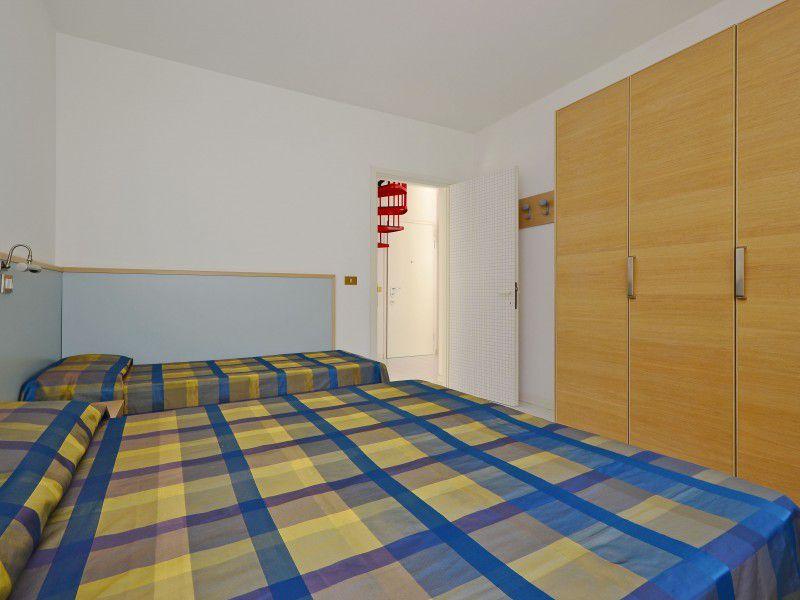 lignano pineta ferienwohnung f r 7 personen mieten die wohnung ist auf 2 stock gestellt. Black Bedroom Furniture Sets. Home Design Ideas