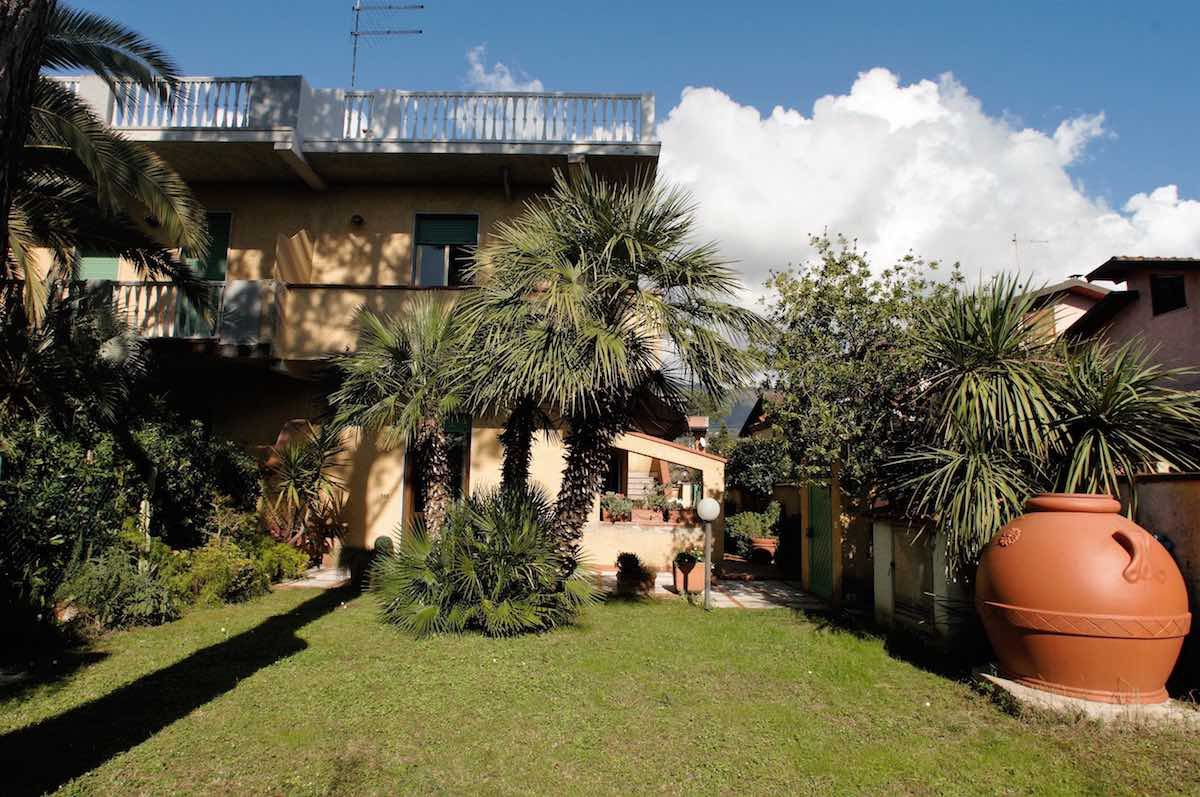 Cinquale case vacanze cinquale appartamento in villa for Case in affitto con seminterrato finito